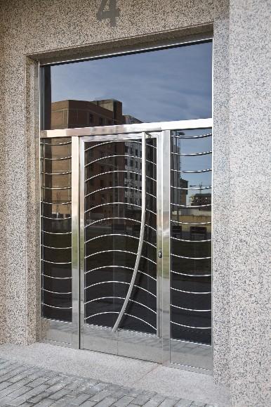 Puertas en forja y acero inoxidable for Puertas para balcones modernas